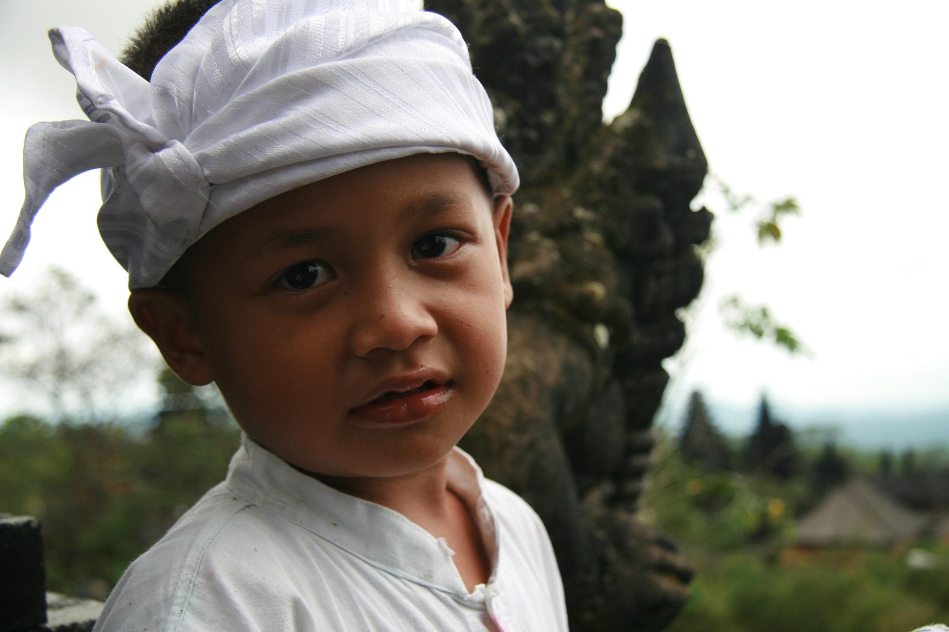 Balijski chłopiec w świątyni Pura Besakih